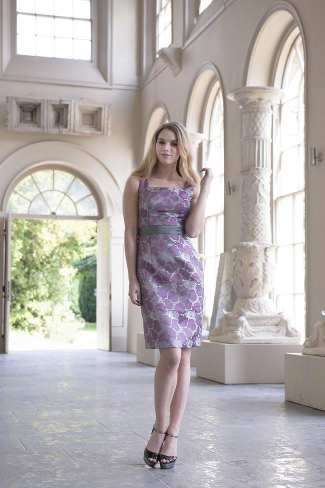szara koktajlowa sukienka na szerszych ramiączkach dla mamy panny młodej