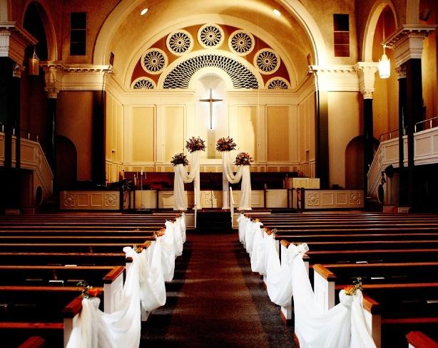 szarfy w ławkach kościelnych na ślub