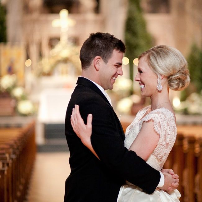 szczęśliwa para młoda w kościele