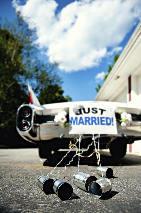 tabliczka z napisem na samochodzie ślubnym
