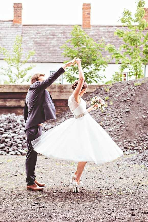tańcząca para młoda w plenerze