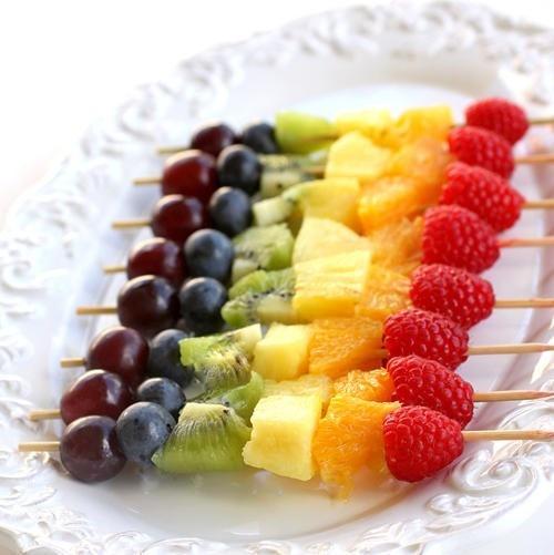 tęczowe szaszłyki z owoców