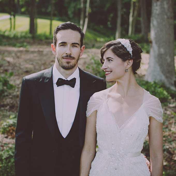 fryzura ślubna z krótkich kręconych włosów z opaską z biżuterii