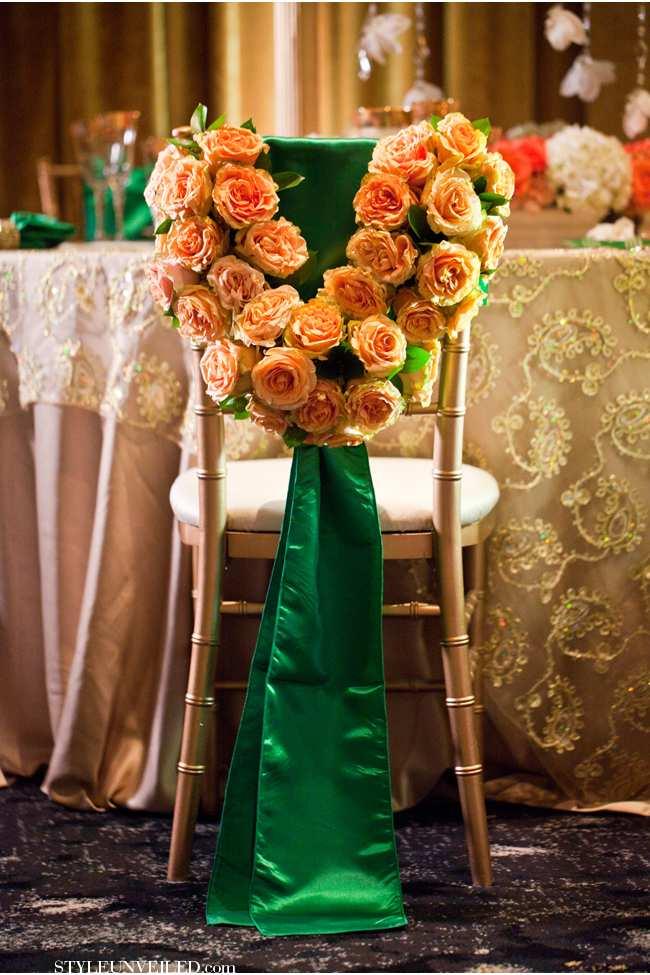 weselne inspiracje w barwach złota i szmaragdu - krzesła weselne