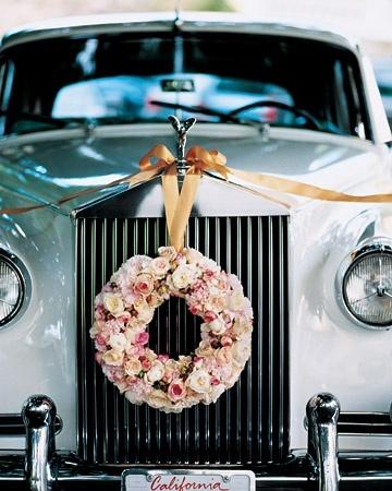 wiązanka z kwiatów na samochodzie ślubnym