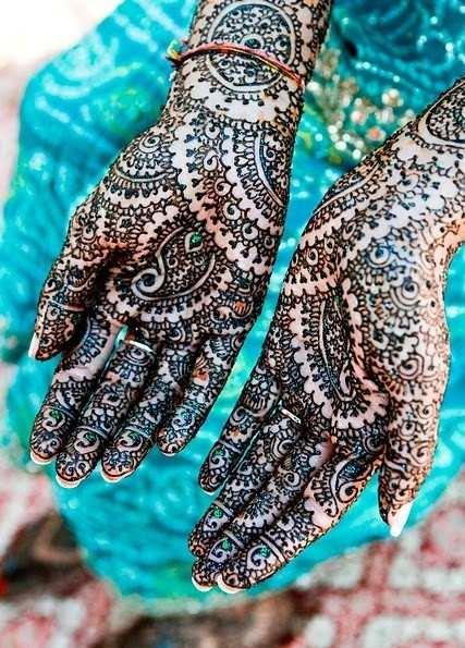 wytatuowane ręce panny młodej w Indiach